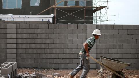 Un obrero trabaja en una construcción en Phoenix, Arizona.