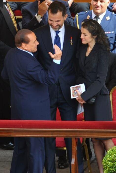El Primer Ministro de Italia, Silvio Berlusconi, le dio un respiro a sus...