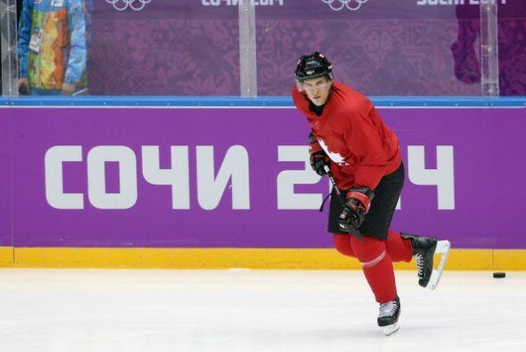 Él juega hockey y es canadiense.