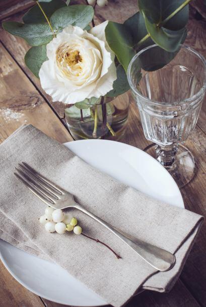 Y complementar con servilletas de fibras naturales y adornos sencillos.