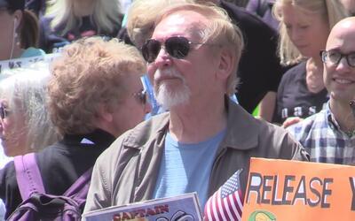 Protesta en Sacramento para exigir a Donald Trump que presente sus impue...
