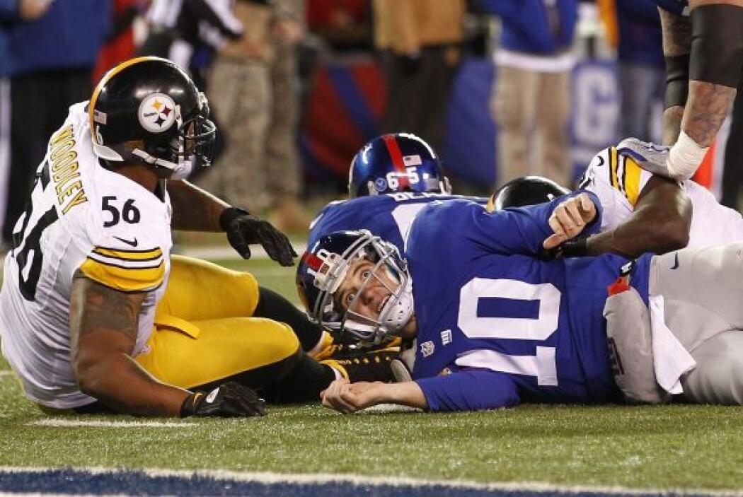 Manning tuvo un mal partido. Completó 10 de 24 pases para 125 yardas y u...