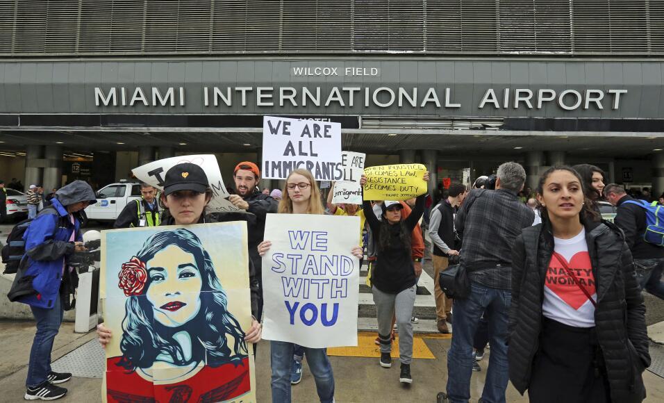 Las protestas al veto de Trump no se hicieron esperar en algunas aeropue...