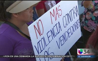 Protesta de vendedores ambulantes en la sede de la policía de Los Angeles