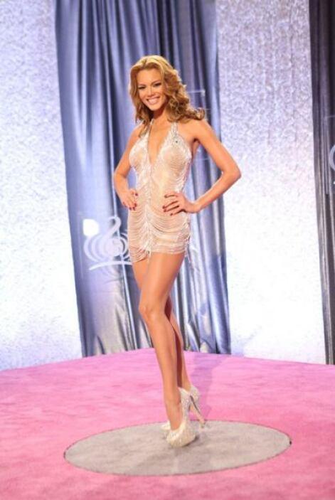 Zuleyka fue otra de las bellezas que llegó luciendo sus bellas piernas.