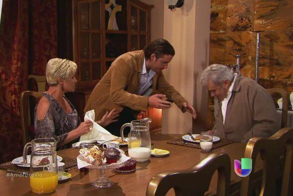 Yago hace caer el café de su padre, intencionalmente. No va a permitir q...