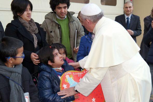 Fue saludado por una decena de niños, quienes le entregaron un ramo de r...