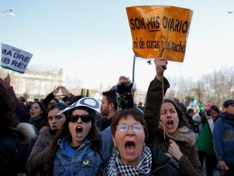 Decenas de miles de personas marcharon el sábado hacia el parlamento esp...