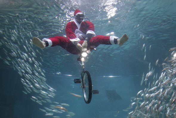 5. Se sumergirá con una bicicleta en una gigantesca pecera para c...