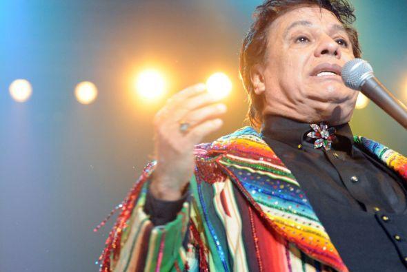 Con ropa muy colorida, Juan Gabriel no decepcionó a sus fanáticos, a los...