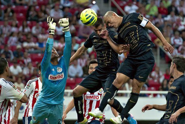 En esta jugada el arquero de Chivas, Luis Michel, quedó techado y vio có...