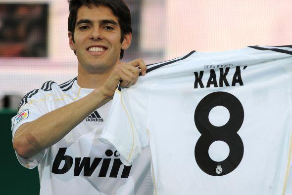 El brasileño Kaká pasó del Milán al Real Madrid por un costo de 65 millo...