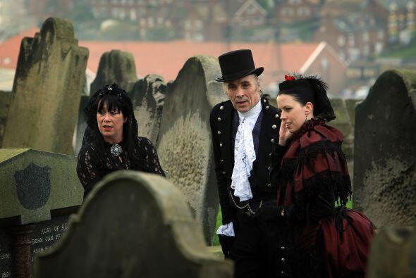 Y, si hay bodas zombis, también las hay de vampiros. Este enlace...