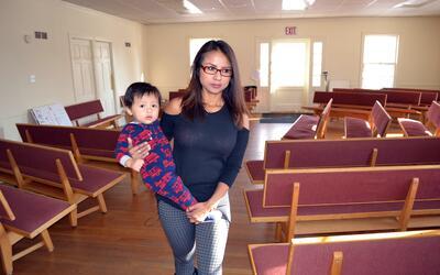 Ingrid Encalada Latorre sostene en brazos a su hijo Aníbal, de un...