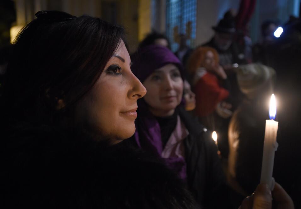 Una tunecina durante una vigilia en Túnez