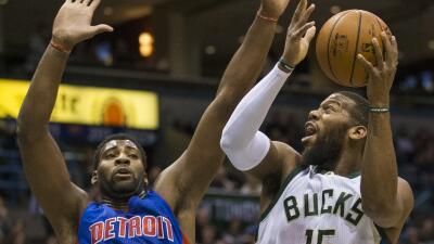 Greg Monroe de Milwaukee Bucks y Andre Drummond de Detroit Pistons.