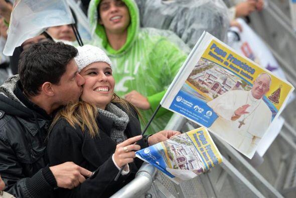 Mucho amor ante el inicio de la ceremonia oficiada por el Papa Francisco...