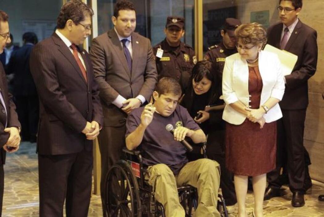 Aunque llegó en una silla de ruedas, El Salvador  lo recibió como todo u...