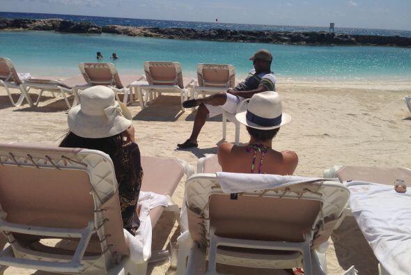 Pero no todo fue trabajo,  Bárbara, Pamela y Tony tomaron un poco de sol.