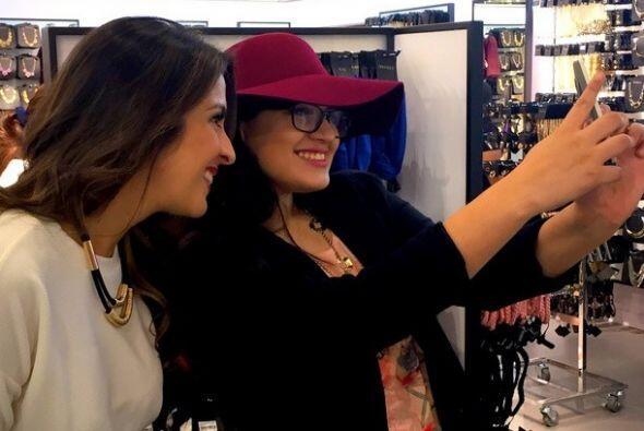 """""""Tomándonos las #selfies con las felices clientas de #Forever21HN..."""