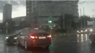 Un auto, que parece salir de la nada, ocasionó un accidente de auto en R...