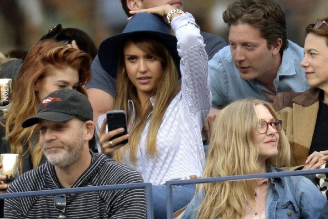 """O se le vuela el sombrero a Jessica o ya está en """"ambiente"""". Mira aquí l..."""