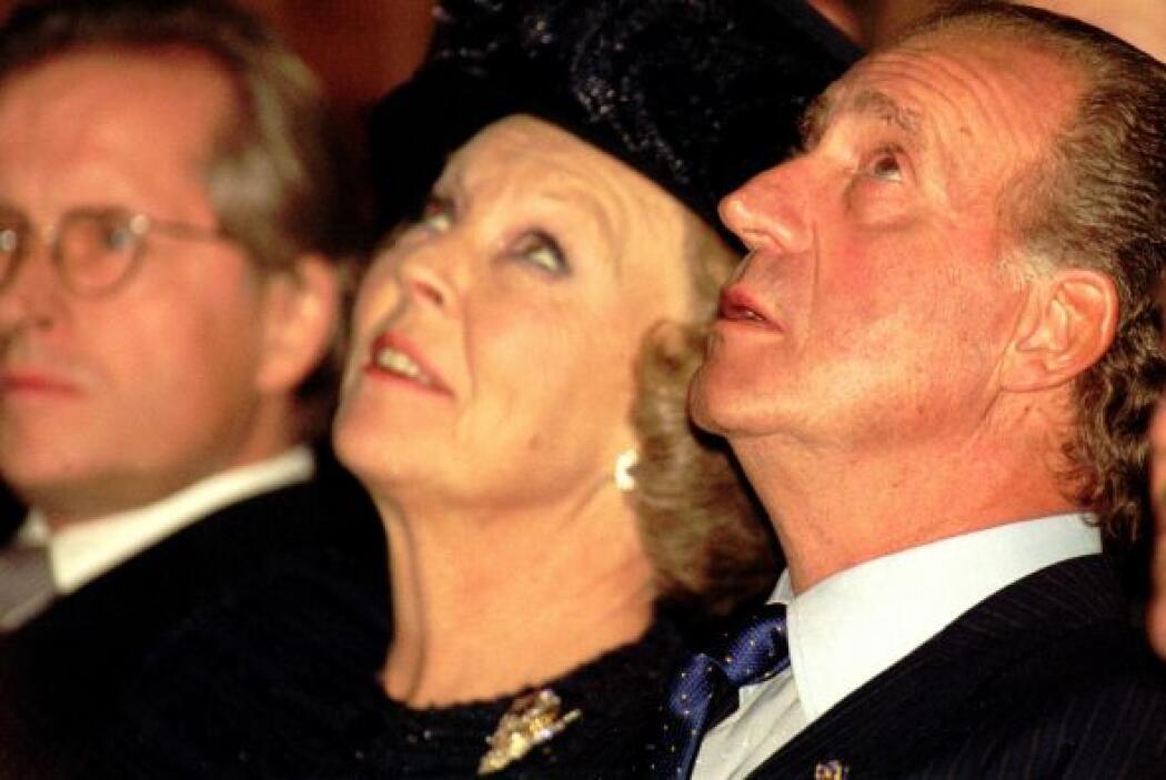 Juan Carlos con Beatriz de Holanda, otra reina coronada que también abdi...