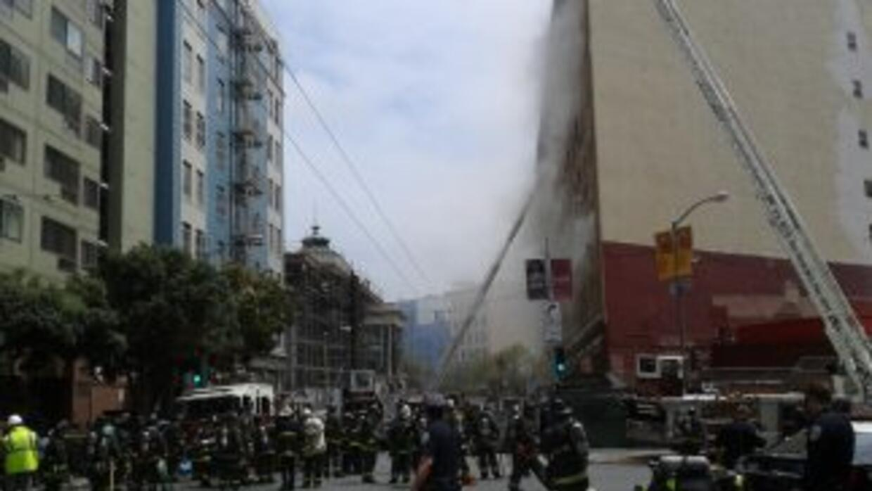 El humo salía de varios pisos del edificio, sin embargo, en ningún momen...