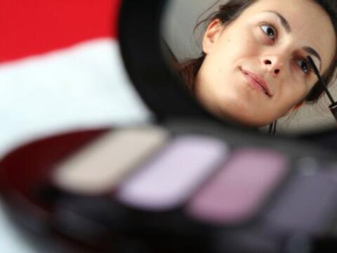 Para algunas mujeres, el maquillaje es una rutina diaria que precede el...