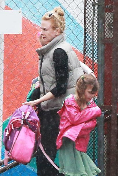 Ante el aguacero, Nicole tuvo que correr para proteger a sus nenas.Mira...
