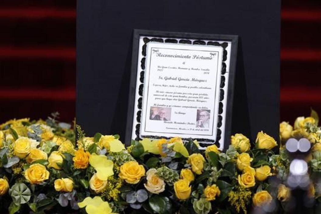 Detalle de un mensaje de condolencia a la familia del escritor colombian...