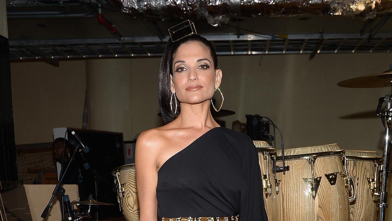 Natalia Jiménez en un impecable vestido negro con abertura profunda