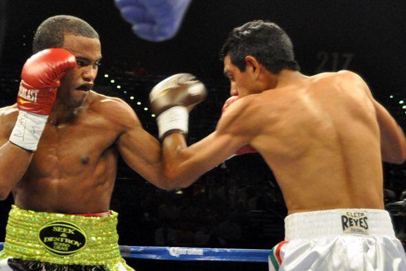 Braulio Santos estremeció con sus golpes a Sandoval en el primer...