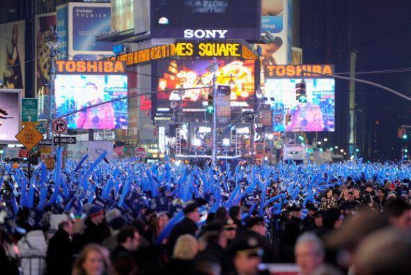 Para asistir a la ceremonia en Time Square hubo que pasar detectores de...
