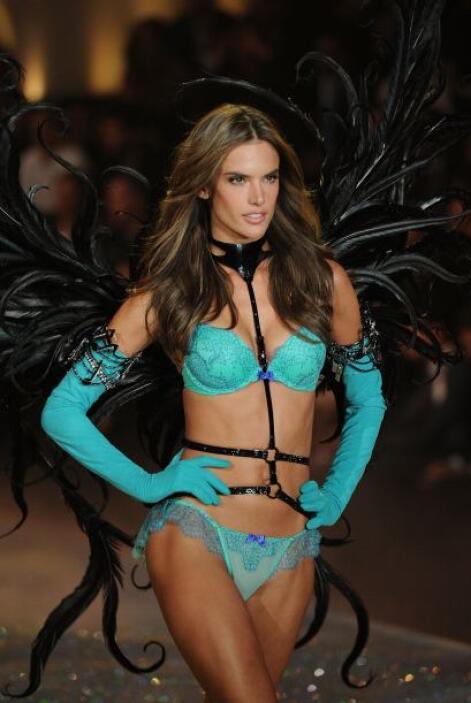 Los colores fosforescentes fueron otra sorpresa que Victoria's Secret di...