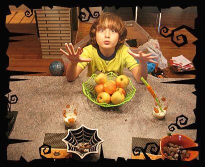Boo!Los ojos y muecas de un niño emocionado por Halloween son pro...