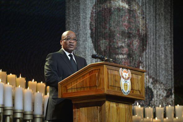 El presidente de Sudáfrica, Jacob Zuma, subió al estrado durante la cere...