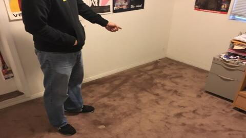 Un activista muestra el espacio en una casa en Los Ángeles que se...