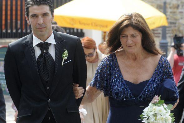'Gigi' llegó a la iglesia de la mano de su madre, Maria Stella Buffon.