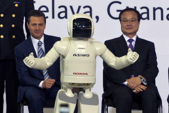 En la imagen Peña Nieto se encuentra con Takanobu Ito, el CEO de Honda,...