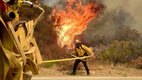 Continúan los incendios en Santa Clarita