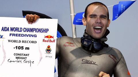 El campeón venezolano de buceo a pulmón Carlos Coste exhib...
