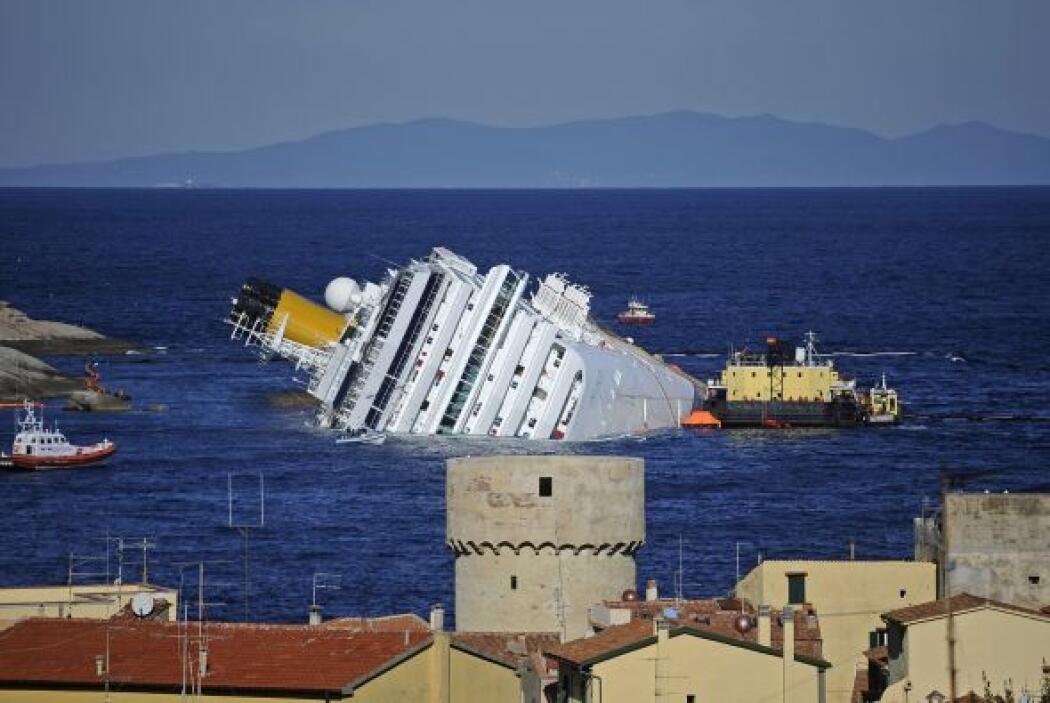 Mientras se define la responsabilidad del accidente y se efectúan maniob...