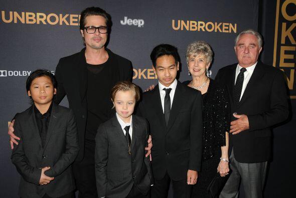 Pitt con sus papás y sus hijos.