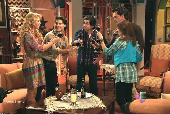 Daniel y Camila reúnen a sus amigos en el rancho para celebrar el haber...