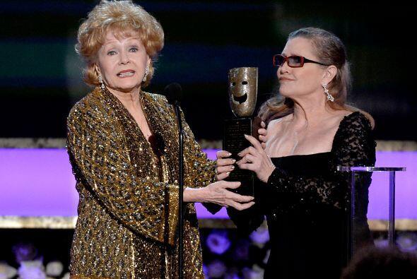 Debbie Reynolds aceptando el premio especial a su trayectoria.