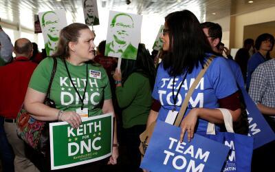 Simpatizantes del representante Keith Ellison y el exsecretario Tom Pere...