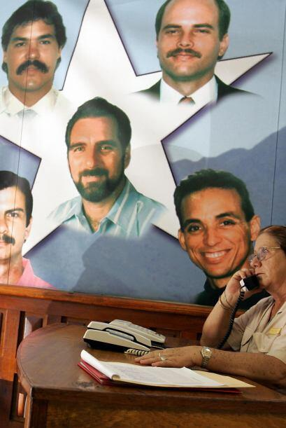 """""""Grupo de los 5""""   3.- René González Sehweret en el centro en la foto, (..."""
