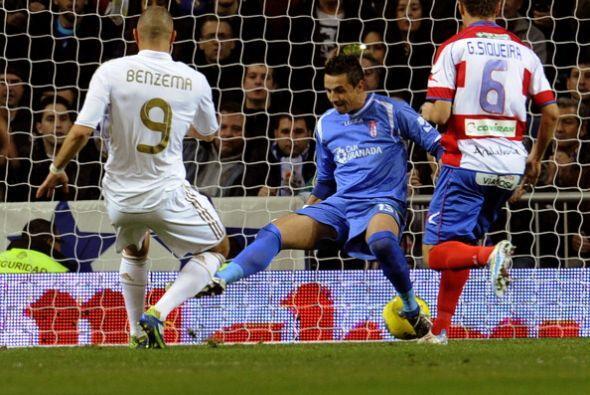 El francés aprovechó su chance y empujó el balón.