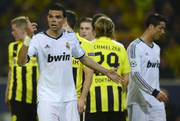 Se jugaban los últimos minutos del primer tiempo y los defensas del Madr...